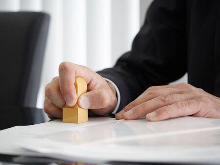 Photo pour the hand of a judicial scrivener with a square mark - image libre de droit