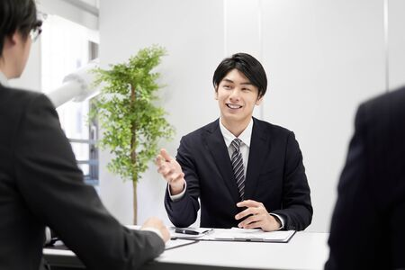 Foto für Japanese male businessman explaining face-to-face - Lizenzfreies Bild