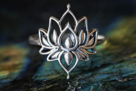 Foto de Silver female ring in the shape of lotus - Imagen libre de derechos