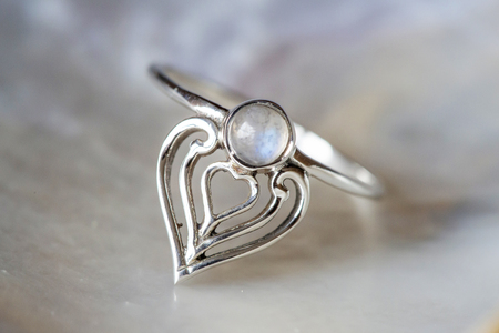 Foto de Elegant female silver ring on natural shell nacrous background - Imagen libre de derechos