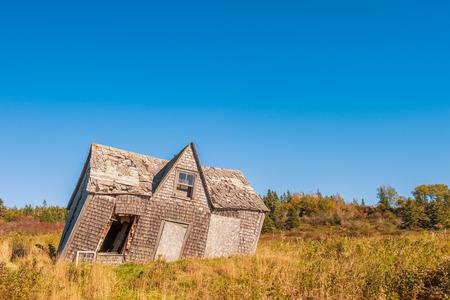 Photo pour crooked leaning old house - image libre de droit