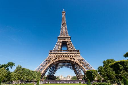 Photo pour Paris, France - 23 June 2018: Eiffel Tower from the Champ de Mars gardens in summer. - image libre de droit