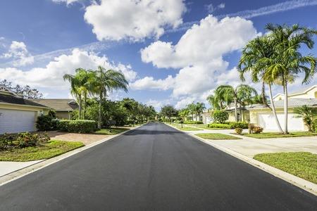 Photo pour Gated community houses by the road in South Florida - image libre de droit