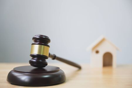 Photo pour Law and justice, legality concept, Judge gavel and house on wooden table - image libre de droit