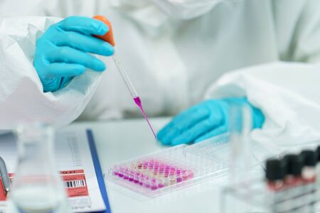 Photo pour Scientist in laboratory with  biological tube for analysis and sampling of Covid-19. - image libre de droit