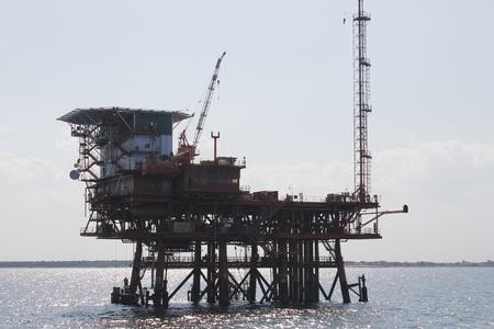 Photo pour offshore oil and gas drillship, blue ocean background - image libre de droit