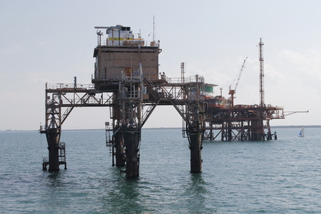 Photo pour Offshore oil and gas drilling rigs working on new wellhead remote platform for oil and gas exploration and production - image libre de droit
