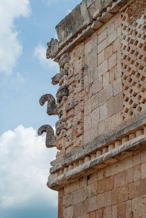 Foto de Decorations of a Mayan temple, symbolizing elephants, of the archaeological area of Ek Balam, in the Yucatan peninsula - Imagen libre de derechos