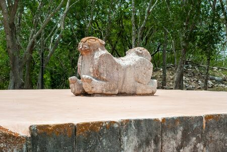 Foto de Ancient Mayan statue, which symbolizes a jaguar with two heads, in the archaeological area of Uxmal, in the Mexican Yucatan peninsula - Imagen libre de derechos