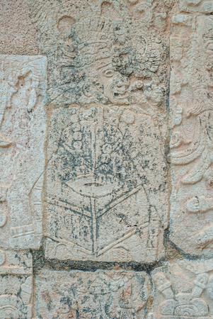 Foto de Stone engraving depicting a Mayan warrior, in the archaeological area of Chichen Itza, on the Yucatan peninsula - Imagen libre de derechos