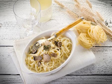 Photo pour tagliatelle with truffle and cream sauce - image libre de droit