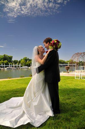 Foto de newly wed bride and groom admiring the view on thier wedding day - Imagen libre de derechos