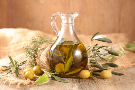 Foto per carafe with olive oil - Immagine Royalty Free