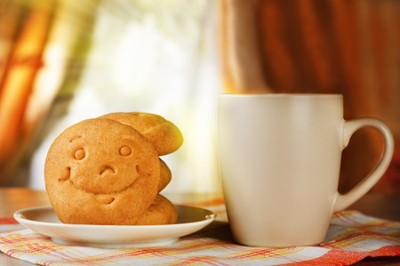 Photo pour Breakfast for positive mood. A hot drink and biscuit with a smile - image libre de droit