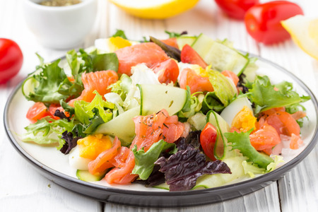 Photo pour Salad with salmon, egg and vegetables (cherry tomatoes, cucumber, lettuce), delicious light lunch, healthy food - image libre de droit
