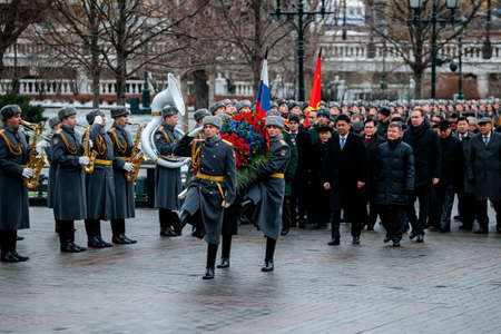 Photo pour MOSCOW, RUSSIA - DECEMBER 04, 2019: Prime Minister of Mongolia Ukhnaagiin Khurelsukh with Soldiers of the Honor Guard laid a wreath at the Tomb of the Unknown Soldier near the Kremlin Wall - image libre de droit