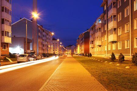 Foto de Empty street of town lit by street lights at night. - Imagen libre de derechos