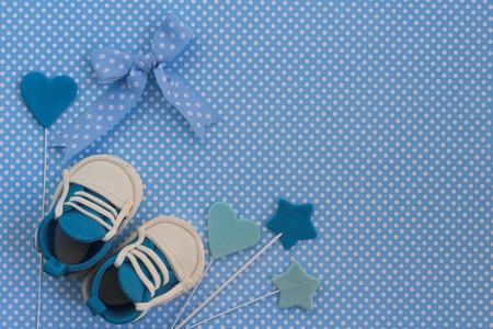 Photo pour Baby boy blue card. Newborn background. Baby shower invitation. Fondant baby accesories. - image libre de droit