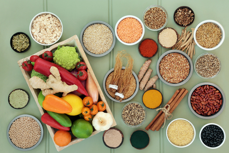 Photo pour Health food for liver detox concept with fresh fruit, vegetables, legumes, supplement powders, grains, seeds, herbs & spices used in herbal medicine. High in omega 3, antioxidants, vitamins & fibre.  - image libre de droit