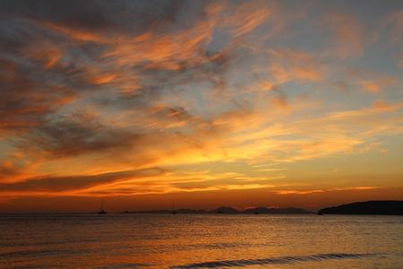 Photo pour Beautiful view of the Andaman Sea at sunset. Krabi, Thailand. - image libre de droit