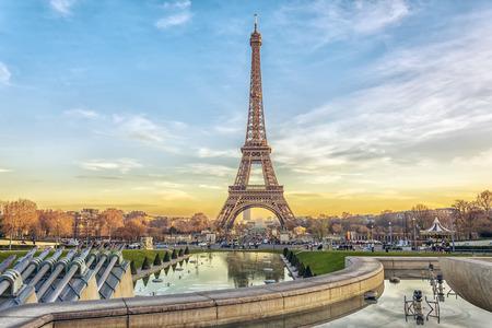 Foto de Eiffel Tower at sunset in Paris, France. Romantic travel background - Imagen libre de derechos