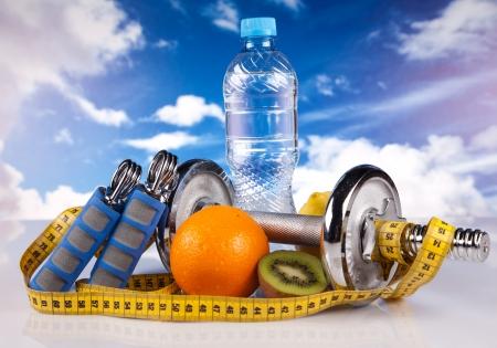 Foto de steel fitness dumbbells and fruits - Imagen libre de derechos