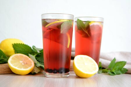 Photo pour Berry lemonade or sangria in glasses Summer refreshing drink - image libre de droit