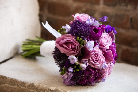 Foto de Wedding bouquet on a brides wedding day  - Imagen libre de derechos