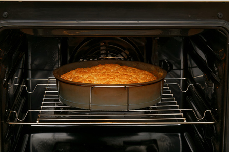 Photo pour Cake is baked in the oven - image libre de droit