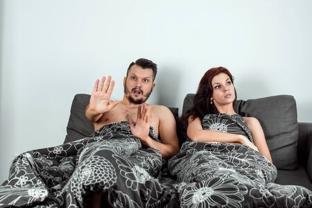 Photo pour The wife catches her husband with his mistress in bed, adultery. The concept of divorce, betrayal, lover, sexual desire, betrayal. - image libre de droit