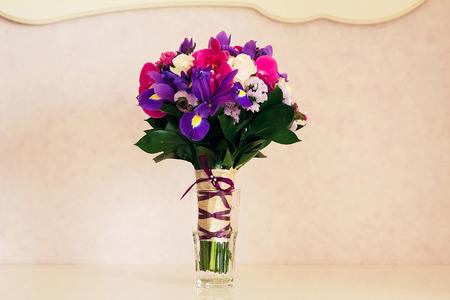 Photo pour Beautiful wedding bouquet in a vase on a background of golden wall - image libre de droit