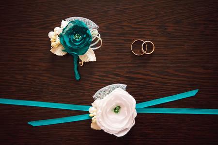 Foto de Gold wedding rings lie on a wooden table - Imagen libre de derechos