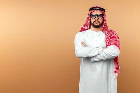 Photo pour A Saudi Arab man in national dress and sunglasses. Dishdasha, kandora, thobe, islam. Copy space - image libre de droit