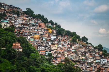 Foto de View over the sprawling Favelas of Rio de Janeiro, Brazil - Imagen libre de derechos