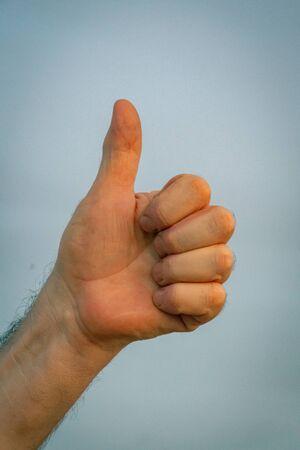 Photo pour Victory symbol with fingers, v in deaf language - image libre de droit
