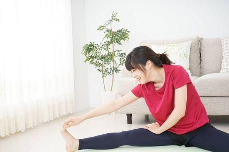 Photo pour Young woman stretching - image libre de droit
