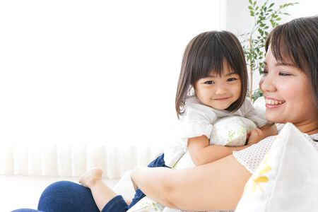 Foto de Child playing at home with mother - Imagen libre de derechos