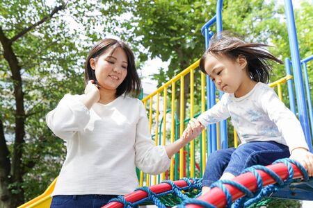 Photo pour Child playing outside - image libre de droit