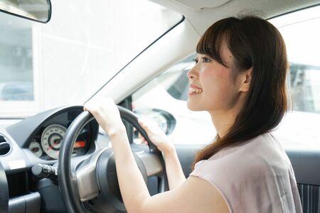 Photo pour Young woman driving a car - image libre de droit