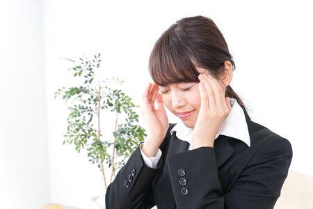 Photo pour business woman suffering from headache - image libre de droit