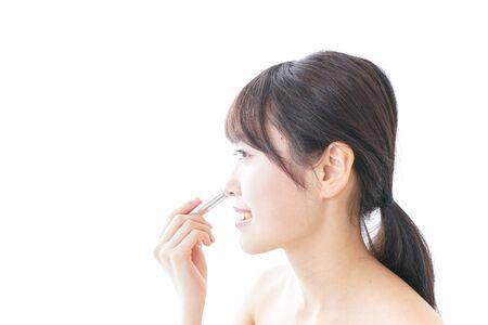 Photo pour woman making herself up - image libre de droit