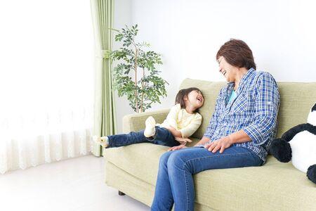 Photo pour Child play with grandmother - image libre de droit