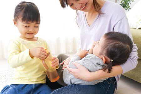 Photo pour Happy family having a baby - image libre de droit