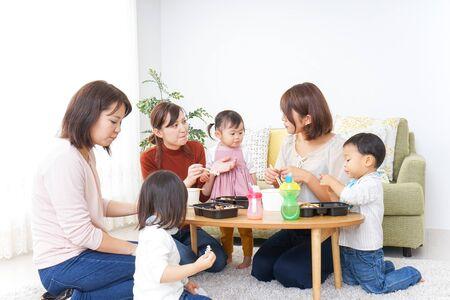 Foto de Mothers' friends and children doing party - Imagen libre de derechos