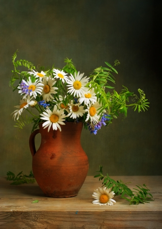 Still life with a bouquet of daisies