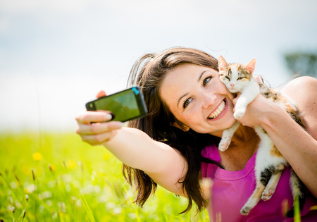 Photo pour Selfie woman and cat - image libre de droit