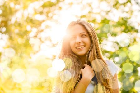 Foto de Portrait of young happy smiling woman - outdoor in nature - Imagen libre de derechos