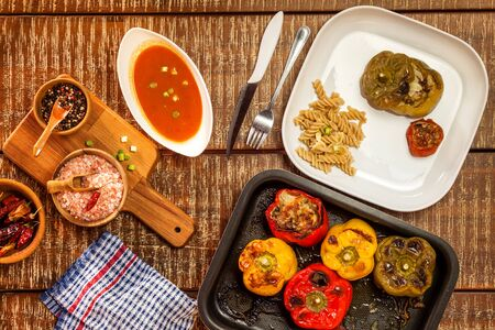 Photo pour Colorful baked with cheese, stuffed peppers with minced meat. Top view. Minced meat and vegetables - image libre de droit