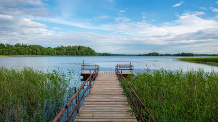 Photo pour wooden plank foothpath boardwalk trampoline in the lake with blue water in summer - image libre de droit