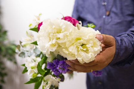 Photo pour Husband sending flowers to wife - image libre de droit